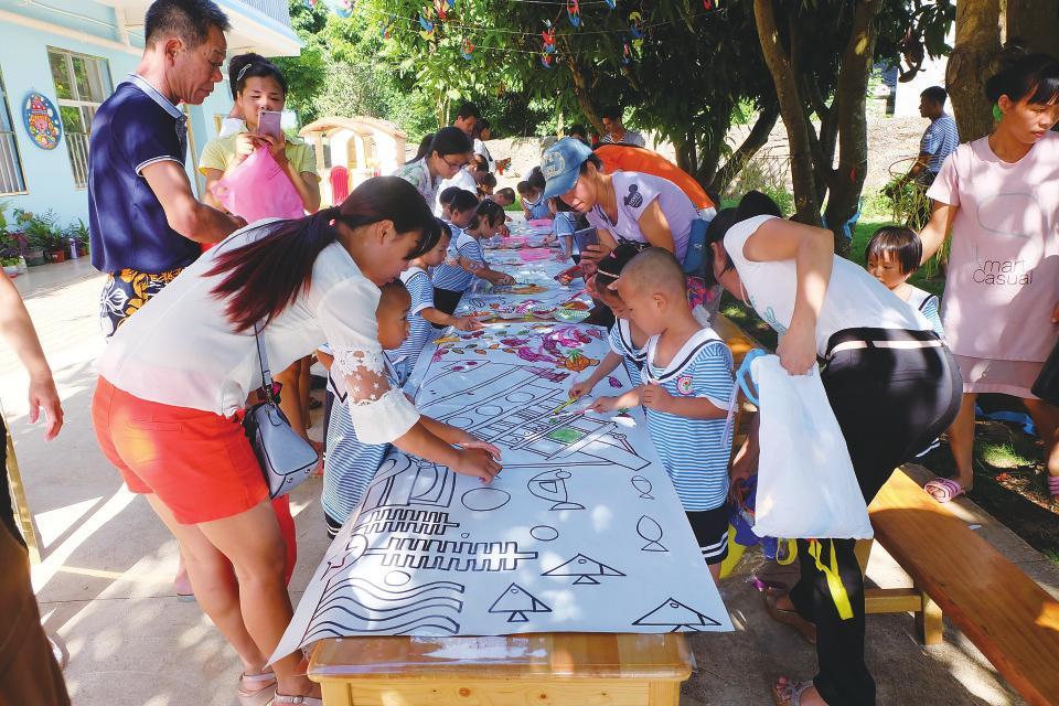 涠洲岛幼儿园的孩子们在开展亲亲海洋绘画活动。 劳大佩 摄   北海日报讯(记者 万文静)在家长的陪伴下,在游泳池里玩游戏;迎着朝阳,在种植园摘下新鲜的蔬菜;穿上华丽的服装,在欢乐的乐曲中参与绘本剧表演5月30日,市机关幼儿园的孩子们提前庆祝自己的节日六一儿童节。   当天,市机关幼儿园各个班级举行了玩转游泳馆、穿越火线、绘本剧表演、巧手做芋圆等丰富多彩的活动。   加油!加油!阵阵欢呼声从游泳馆内传出。游泳池里,小朋友们抱着游泳圈,在家长的帮助下奋力向终点游去。当天是小班的小朋友在幼儿